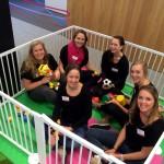 De nanny's in afwachting van de kids tijdens housewarming nieuw bedrijfspand